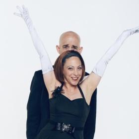 A Dronero l'esilarante magia comica del duo Strange Comedy